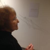Rolande Schmitz-Maringer devant le poème La Balançoire